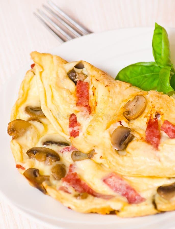 Omelett med champinjoner och salami arkivfoton