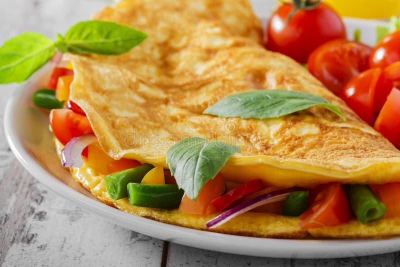 Omelett med grönsaker arkivfoton
