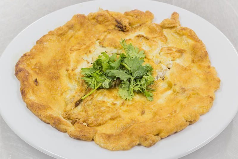 Omelett med grönsaker i ett mål royaltyfri fotografi