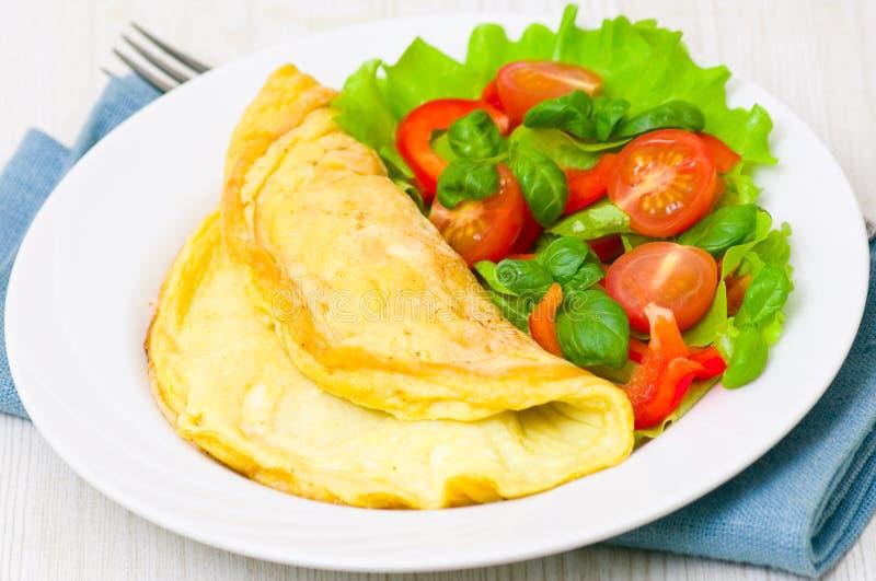 Omelett med grönsaksallad arkivbild