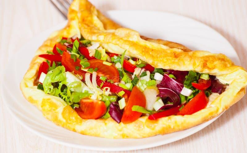 Omelett med grönsaksallad arkivbilder