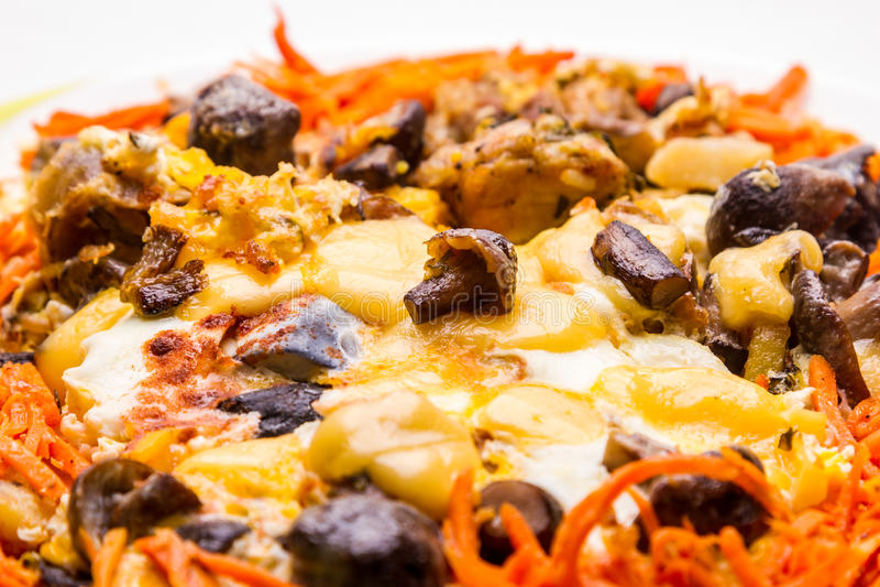 Omelett med ost och champinjoner royaltyfri bild