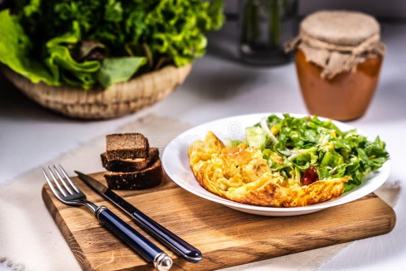 Omelett med ost och sallad royaltyfri foto