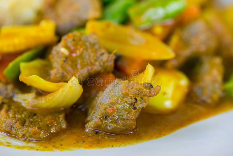Omelett med ris och kryddigt currynötkött arkivfoton