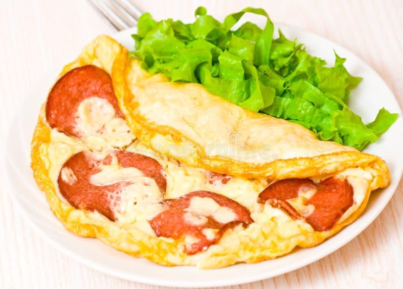 Omelett med salami arkivfoton