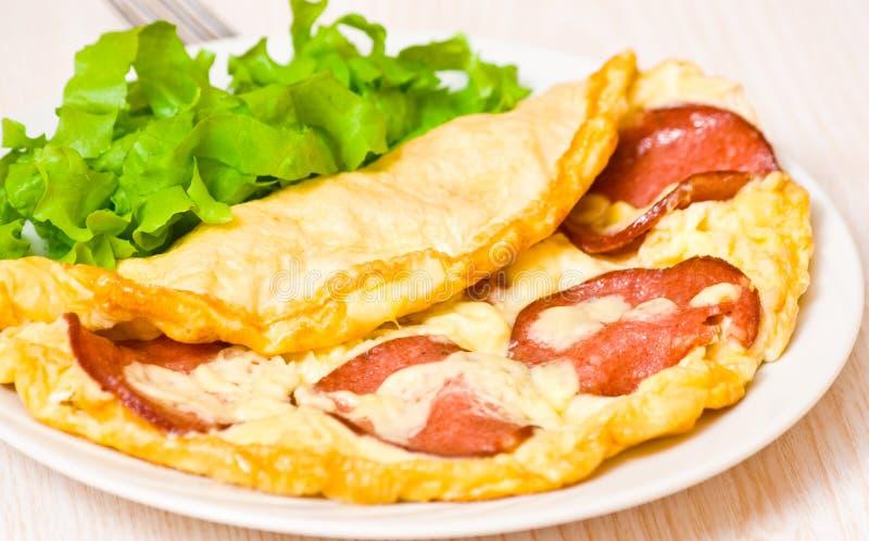 Omelett med salami arkivfoto