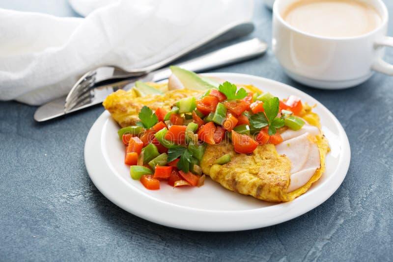 Omelett med skinka och avokadot royaltyfria bilder