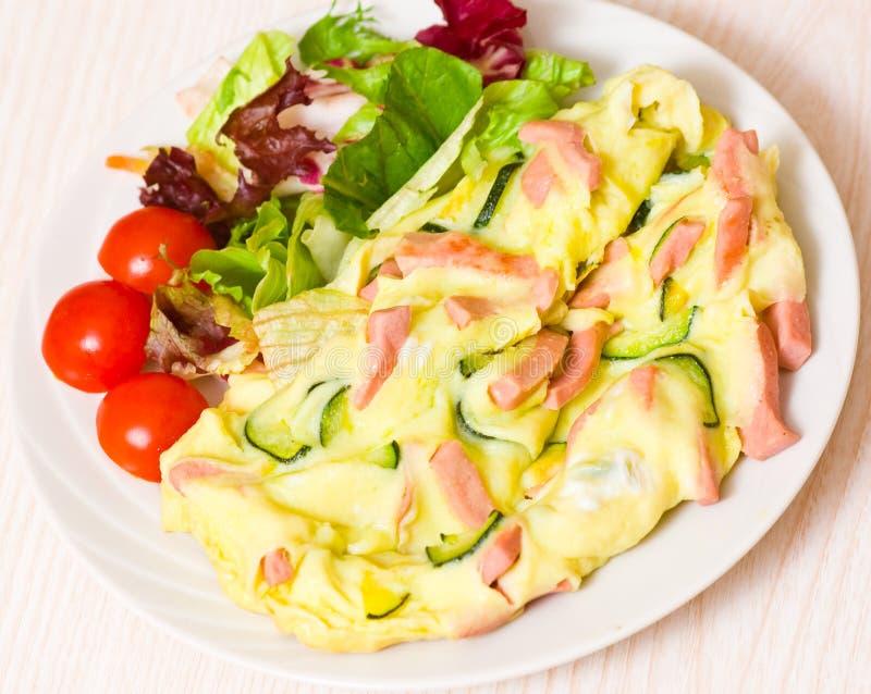 Omelett med skinka och zucchinin royaltyfri fotografi