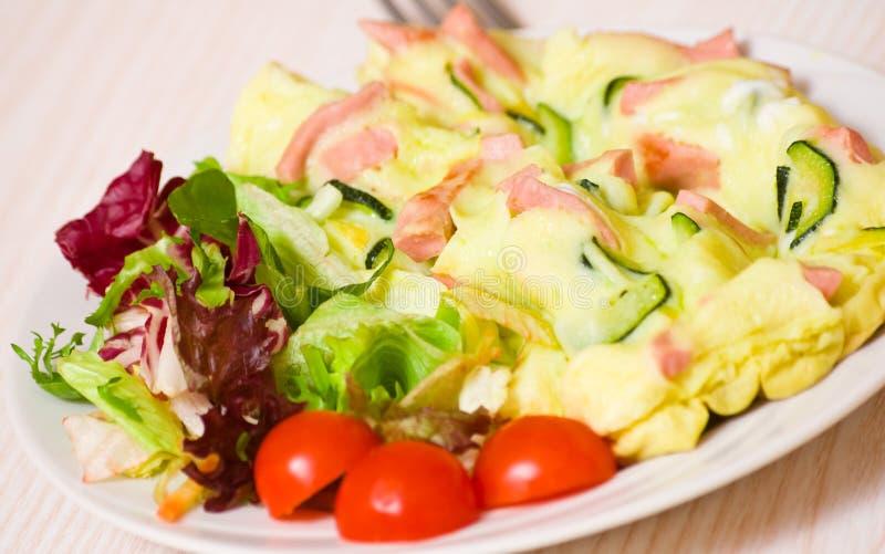 Omelett med skinka och zucchinin royaltyfri bild