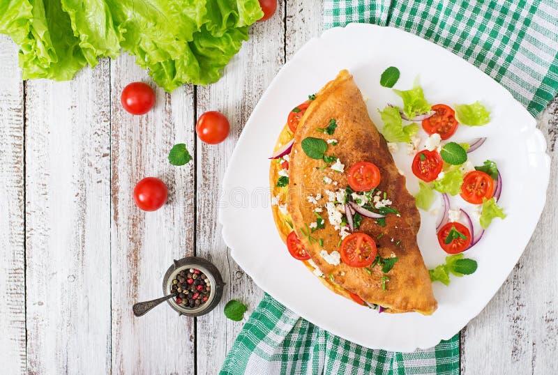 Omelett med tomat-, persilja- och fetaost royaltyfria bilder