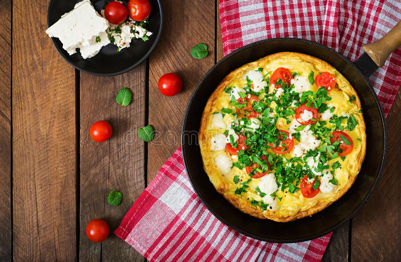 Omelett med tomat-, persilja- och fetaost fotografering för bildbyråer