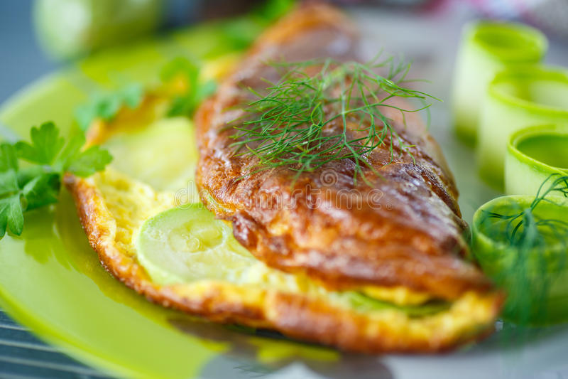 Omelett med zucchinin royaltyfri fotografi