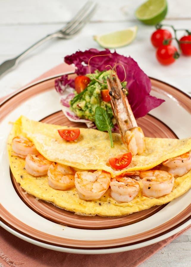 Omelett mit Garnelen und Avocadosalsa stockbild