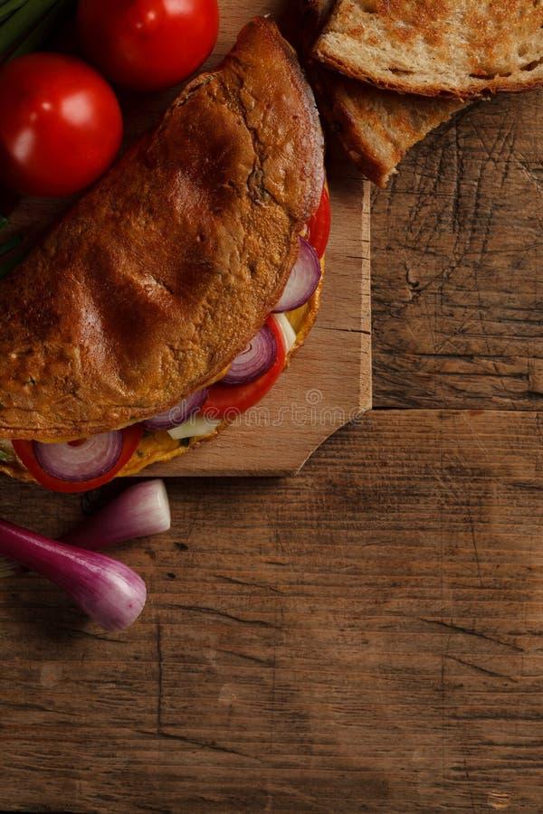 Omelett mit Gemüse lizenzfreies stockbild