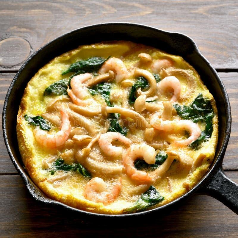 Omelett mit Pilz, Spinat und Garnelen stockbild