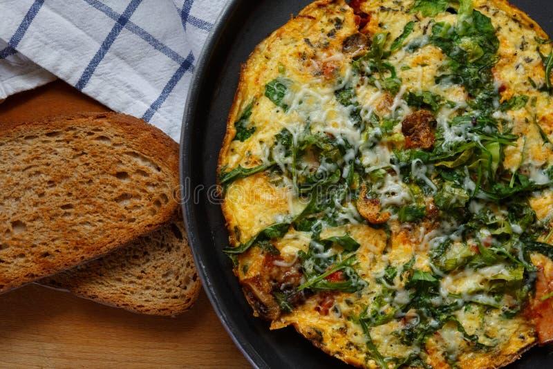 Omelett mit rucola und Brot zum Fr?hst?ck stockfotos