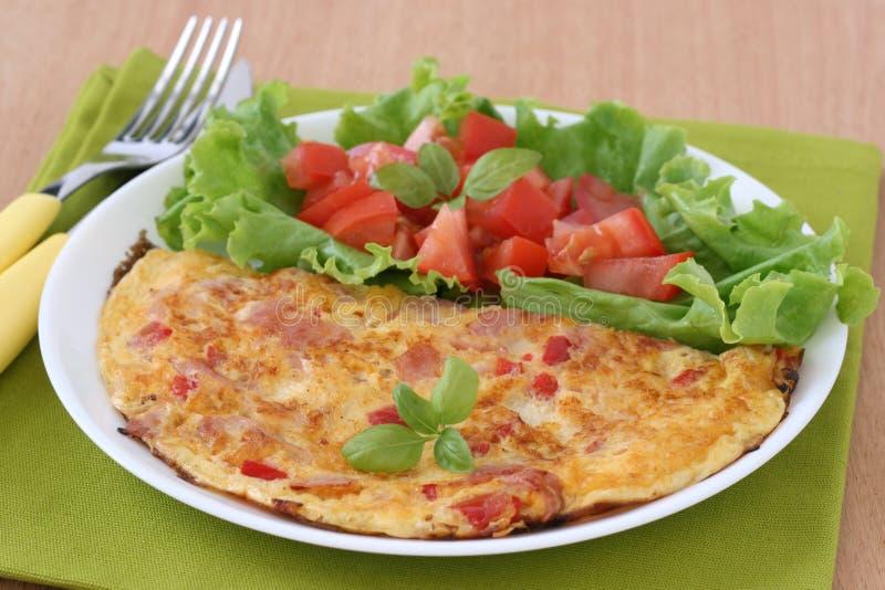 Omelett mit Schinken und Salat lizenzfreies stockfoto