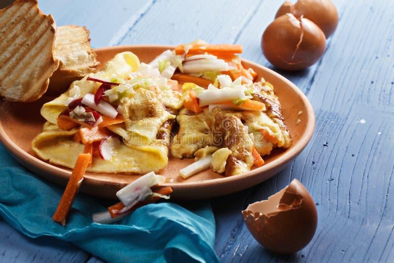 Omelett mit verschiedenem Gemüse lizenzfreie stockfotografie