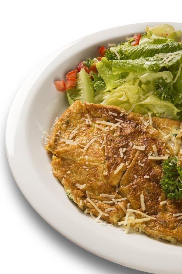 Omelett och sallad arkivfoto