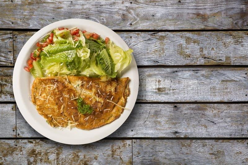 Omelett och sallad royaltyfri bild