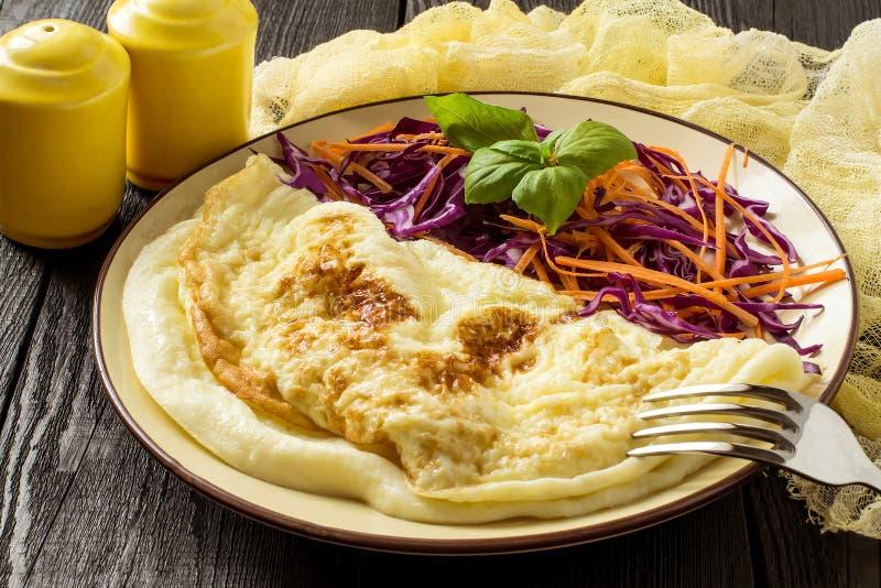 Omelett och sallad av röd kål kväv grönkål med morötter och royaltyfri bild