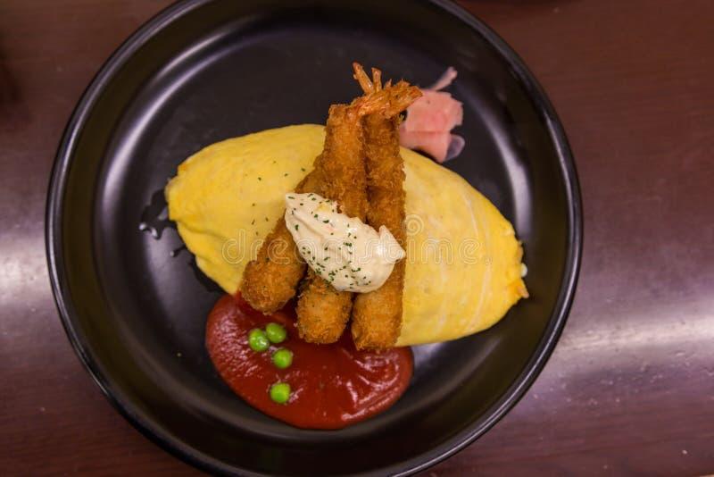 Omelett Omurice för stekte ris för japansk stil med djup stekt räka royaltyfri fotografi