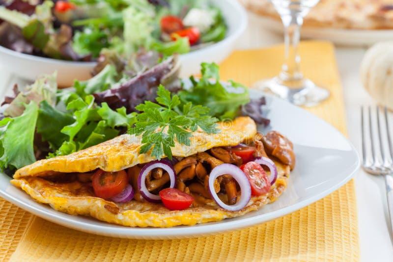 Omelett som fylls med kantarellchampinjoner royaltyfria foton