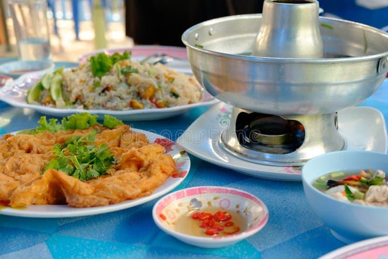 Omelett, stekte ris och tom yum soppa royaltyfria bilder
