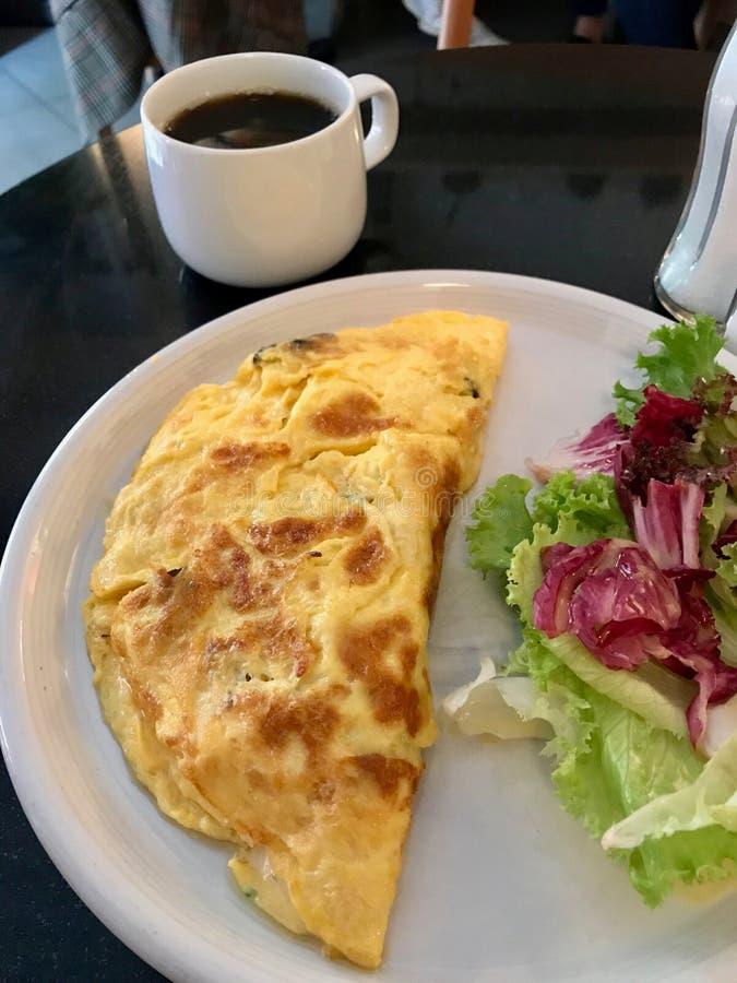 Omelett tjänade som med nytt sallad och kaffe för frukost på restaurangen arkivbilder