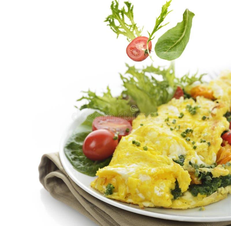 Omelette avec de la laitue et des légumes images stock