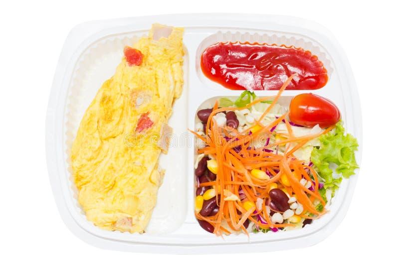 Omelette avec de la salade de Fresk dans la boîte en plastique blanche. images stock