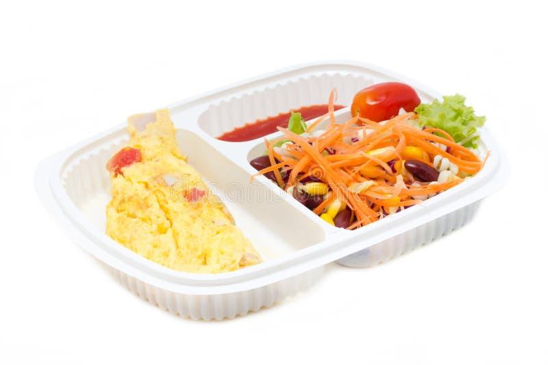 Omelette avec de la salade de Fresk dans la boîte en plastique blanche. photographie stock libre de droits