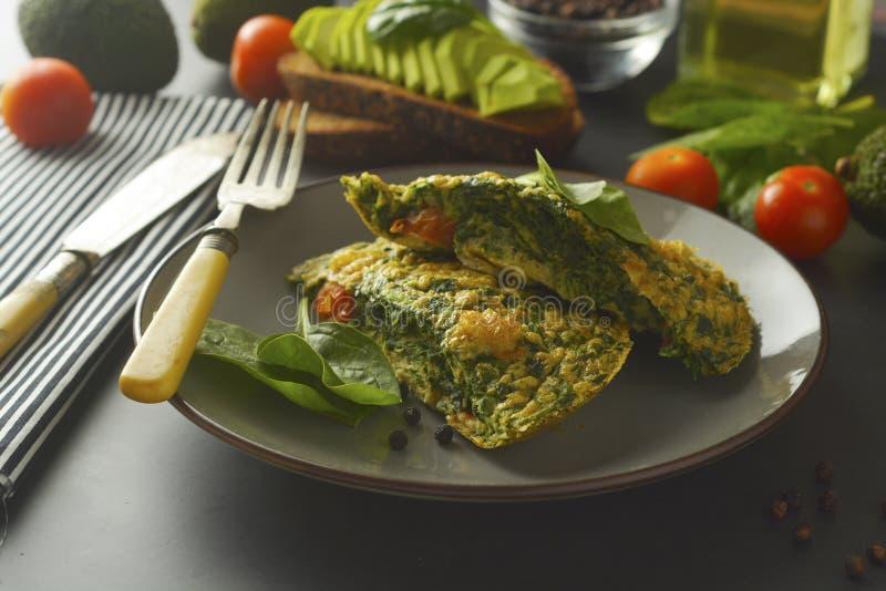 Omelette avec des feuilles d'?pinards L'omelette saine pour perdent le poids Nourriture saine images stock