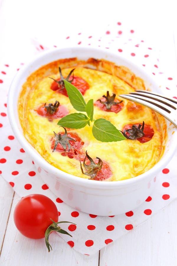 Omelette avec des tomates-cerises photographie stock