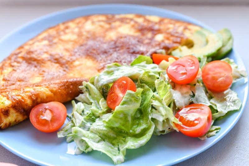 omelette avec légumes sur plaque. plaque bleue. vue d'en haut. Omelette avec légumes sur une assiette servie au petit-déjeuner  images libres de droits
