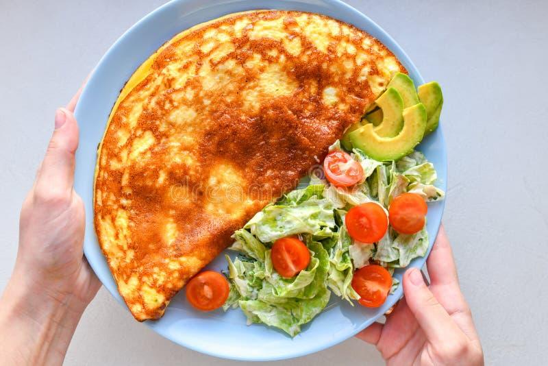 omelette avec légumes sur plaque plaque bleue vue d'en haut Omelette avec légumes sur une assiette servie au petit-déjeuner Vue d photos libres de droits