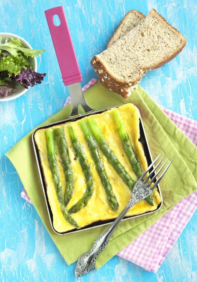 Omelette avec l'asperge verte photos libres de droits