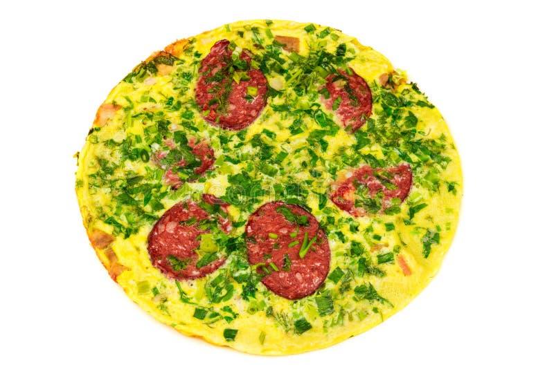 Omelette avec la saucisse et les herbes d'isolement sur le backgrond blanc, vue supérieure photo libre de droits