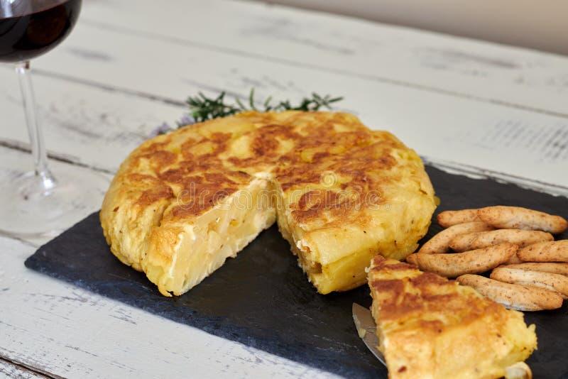 Omelette avec le baton de pain et le verre de vin photo libre de droits