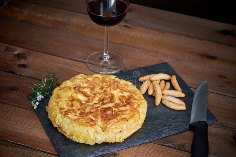 Omelette avec le baton de pain et le verre de vin photos stock
