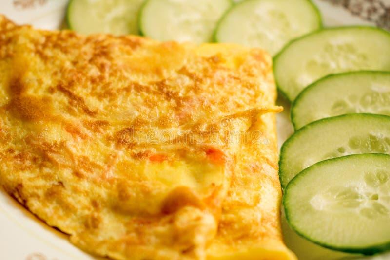 Omelette avec le découpage en tranches végétal image stock