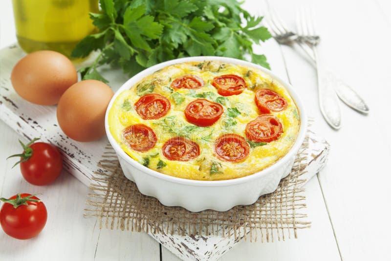 Omelette avec les légumes et le fromage. Frittata images libres de droits