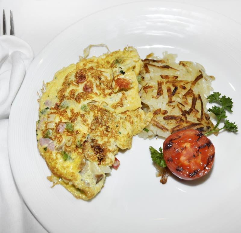 Omelette avec les légumes et le lard photo libre de droits
