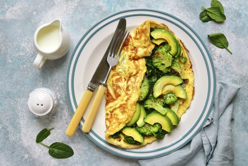 Omelette bourr?e des l?gumes verts : brocoli, avocat et ?pinards de b?b? Vue sup?rieure avec l'espace de copie photos libres de droits