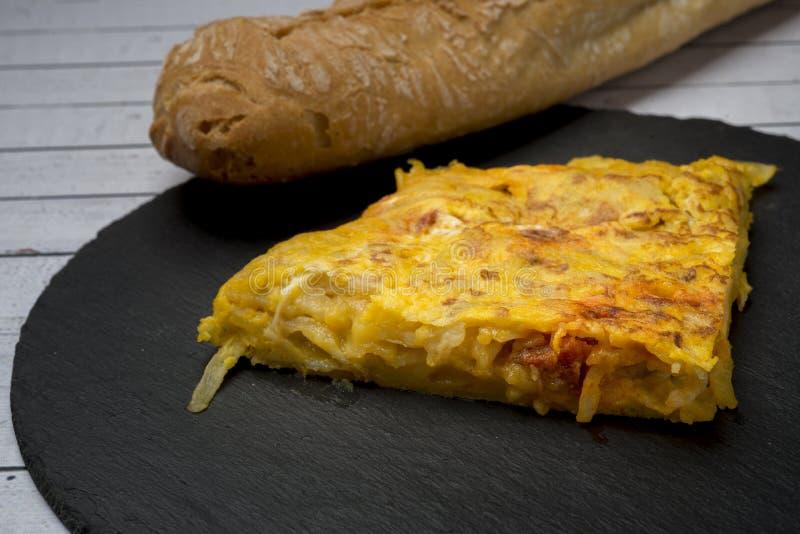 Omelette casalinga della patata con il ‹del †del ‹del †del chorizo - piatto tradizionale spagnolo immagini stock libere da diritti