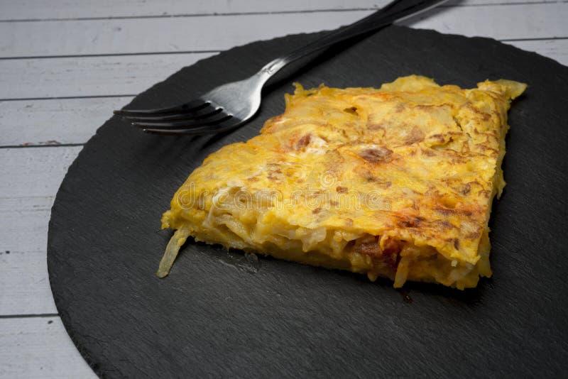 Omelette casalinga della patata con il ‹del †del ‹del †del chorizo - piatto tradizionale spagnolo fotografia stock