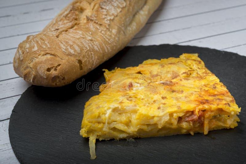 Omelette casalinga della patata con il ‹del †del ‹del †del chorizo - piatto tradizionale spagnolo fotografie stock