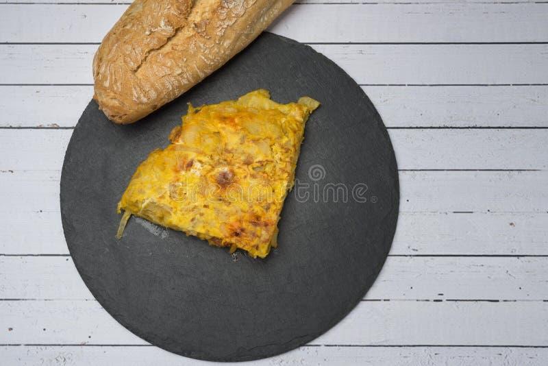 Omelette casalinga della patata con il ‹del †del ‹del †del chorizo - piatto tradizionale spagnolo fotografia stock libera da diritti