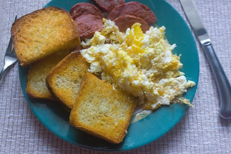Omelette casalinga della prima colazione di mattina, pane, salsiccia immagine stock