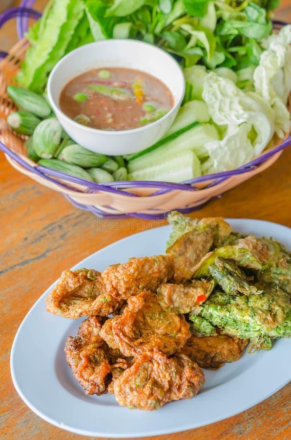 Omelette con l'acacia rampicante e le crocchette di pesce fritte immagini stock libere da diritti